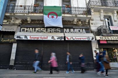 تعريب لافتات المحلّات.. الجزائريون يطالبون بتوفير السّلع أوّلًا
