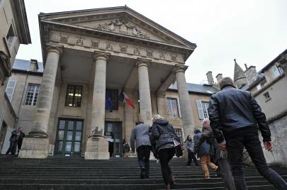 محكمة فرنسية تأمر بطرد شقيقتين جزائريتين.. لماذا؟