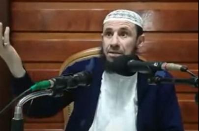الشؤون الدينية توقّف إمامًا.. تضامن شعبي وحقوقيّ