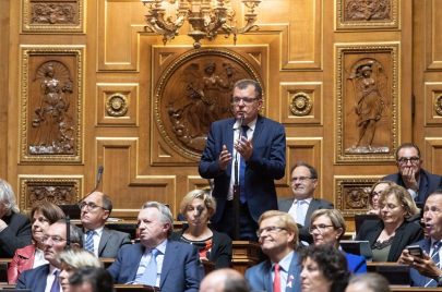 سيناتور فرنسي يدعو بلاده إلى اتخاذ موقف من الحراك الشعبي في الجزائر
