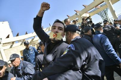 كُلْفَة الصحافة في الجزائر.. سنوات من الخوف والموت والمقاومة
