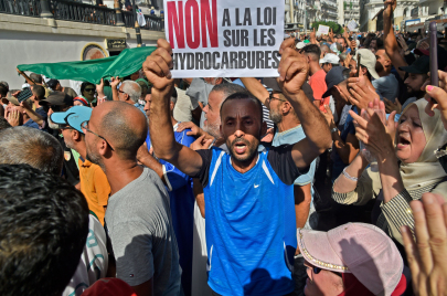 المصادقة على قانون المحروقات.. غضبٌ في الشارع الجزائري