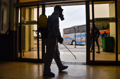 إصابات جديدة مصدرها فرنسا.. غضبٌ في الجزائر بسبب تأخّر تعليق الرحلات