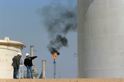 الجزائر وانهيار أسعار النفط.. الحكومة بين طبع النقود والاستدانة الخارجية