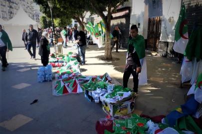 باعة الرايات والأعلام في مسيرات الحراك.. تجارة وسياسة